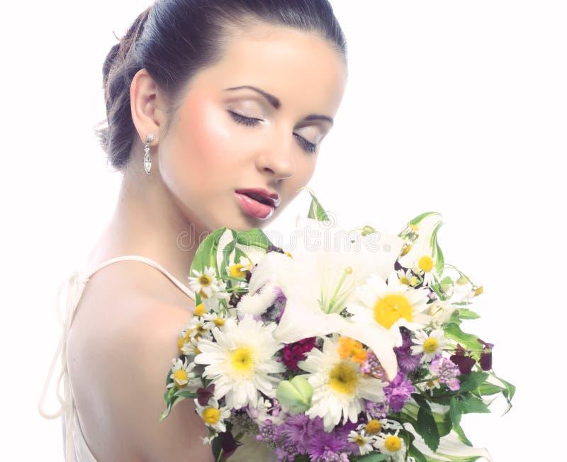 Schönheit mit Blumenstrauß von verschiedenen Blumen lizenzfreies stockfoto