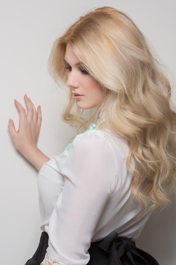 Schönheit mit dem blonden Haar lizenzfreies stockbild
