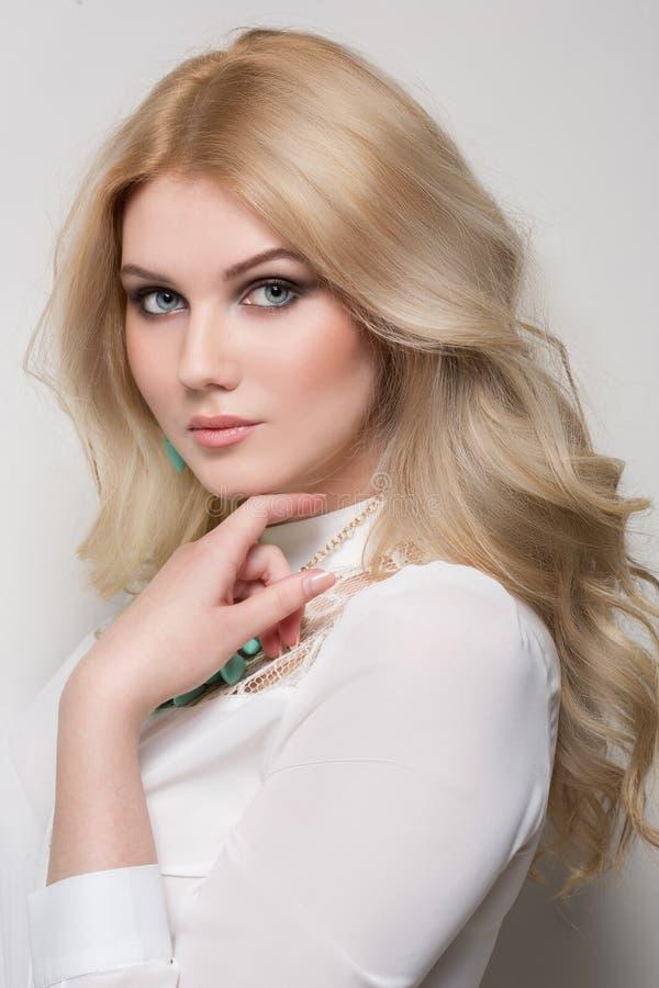 Schönheit mit dem blonden Haar lizenzfreie stockfotos