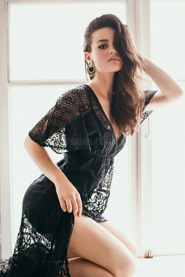 Schönheit mit dem dunklen Haar im eleganten schicken Spitzekleid lizenzfreie stockfotografie