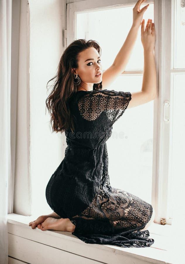 Schönheit mit dem dunklen Haar im eleganten schicken Spitzekleid lizenzfreies stockfoto