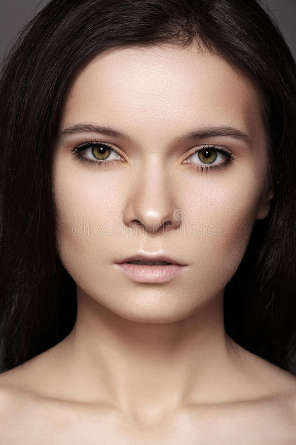 Schönheit mit dem glänzenden geraden Haar, Modemake-up lizenzfreie stockbilder