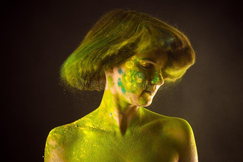 Schönheit mit dem Kraushaar in den Farben Holi lizenzfreie stockfotografie