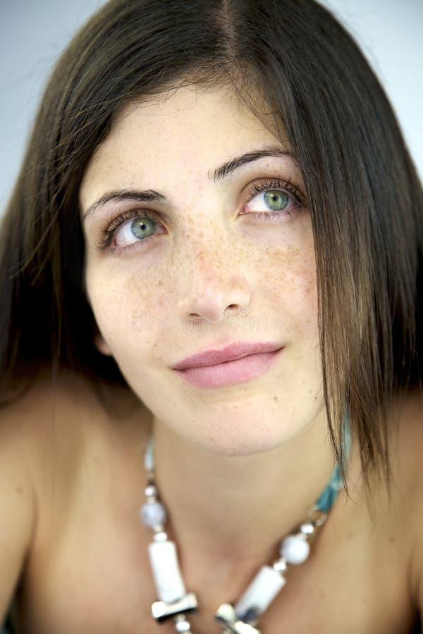 Schönheit mit dem Lächeln der grünen Augen glücklich lizenzfreie stockbilder