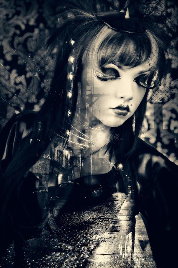 Schönheit mit dem Modemake-up, das ein Weinlesekostüm in einer dunklen Stadtgasse trägt stockfotografie