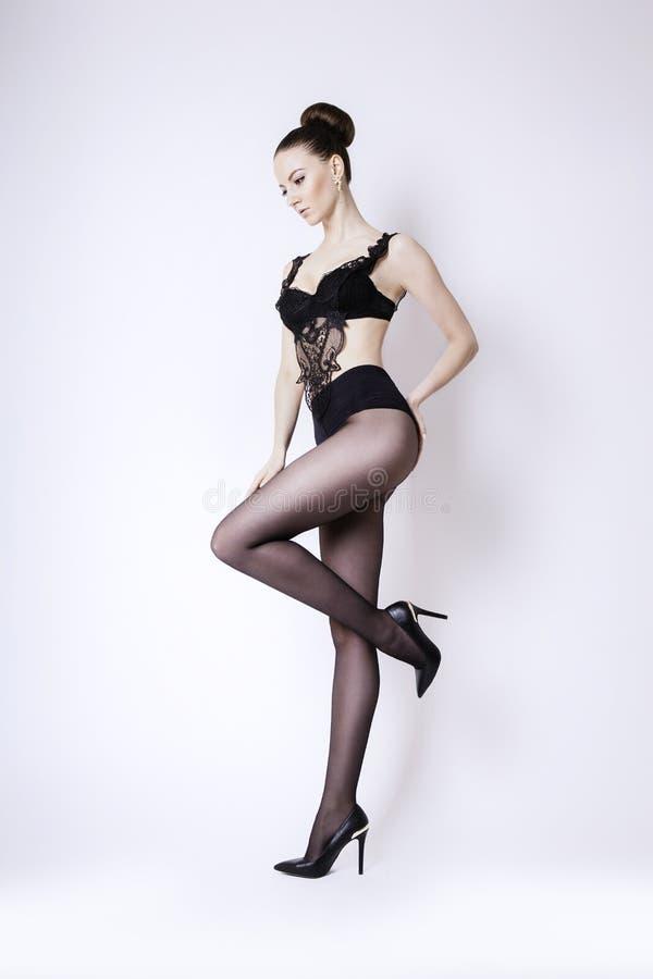 Schönheit mit den langen sexy Beinen in den Strümpfen lizenzfreie stockfotos