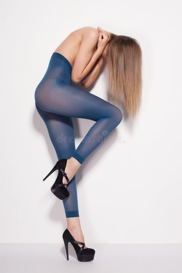 Schönheit mit den langen sexy Beinen, die nur Strümpfe im Studio - voller Körper tragen lizenzfreie stockbilder