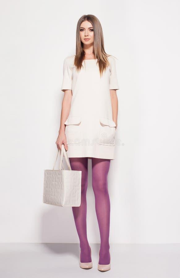 Schönheit mit den langen sexy Beinen kleidete die elegante Aufstellung im Studio stockfotos