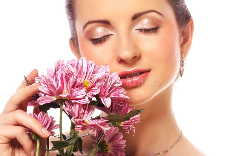 Schönheit mit den rosa Blumen lokalisiert auf Weiß lizenzfreie stockfotos