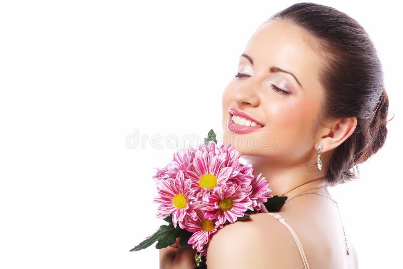 Schönheit mit den rosa Blumen lokalisiert auf Weiß stockfotografie