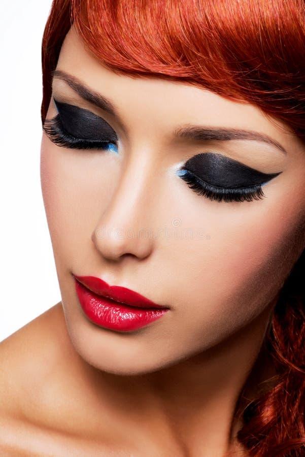 Schönheit mit den roten Lippen und Mode mustern Make-up lizenzfreie stockfotografie