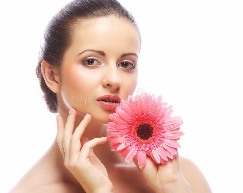 Schönheit mit der rosa Blume lokalisiert auf Weiß stockfotos