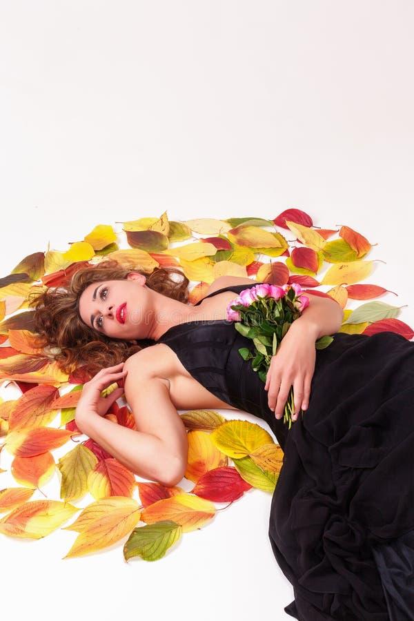 Schönheit mit einem Blumenstrauß des Rosenträumens stockfotos