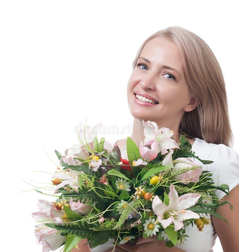 Schönheit mit einem Blumenstrauß von den Blumen lokalisiert auf Weißrückseite lizenzfreies stockfoto