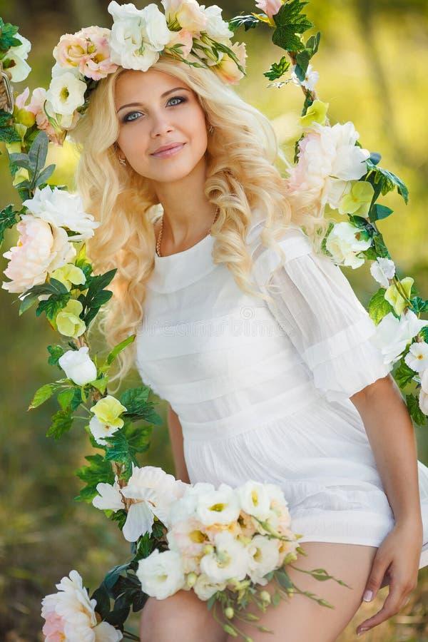 Schönheit mit einem Kranz von Blumen lizenzfreies stockbild