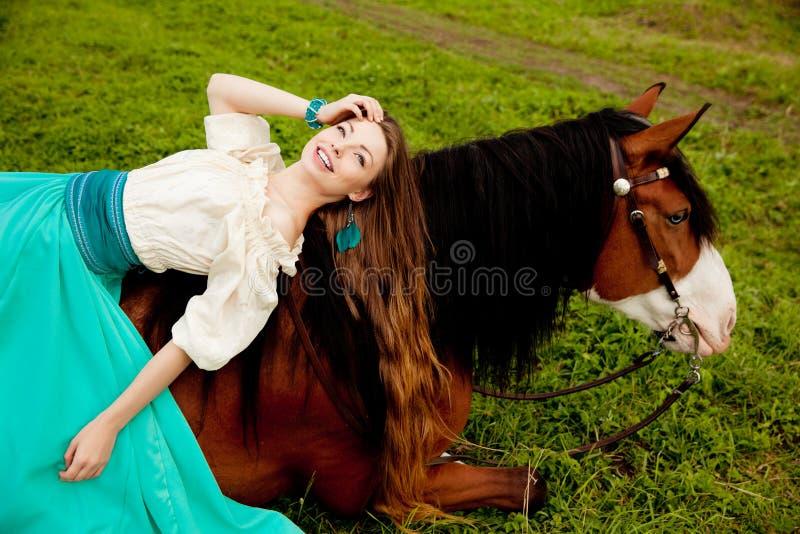 Schönheit mit einem Pferd auf dem Gebiet Mädchen an lizenzfreie stockfotos