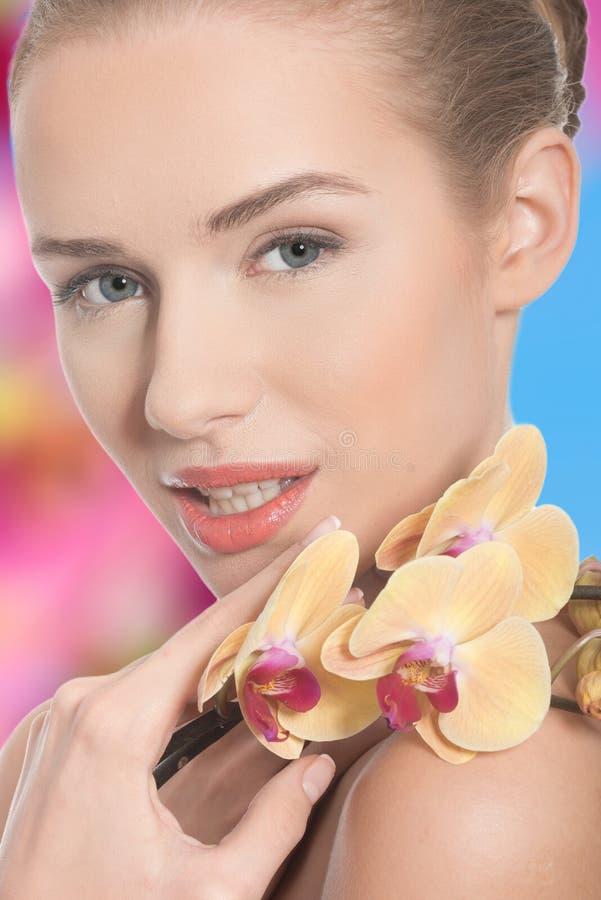 Download Schönheit Mit Einer Orchideenblume Stockfoto - Bild von verfassung, schön: 47100258