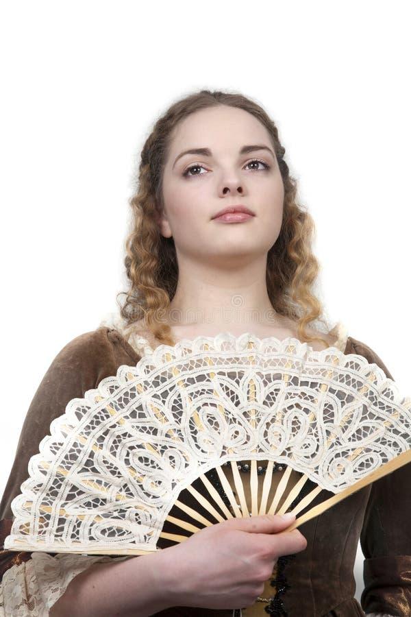 Schönheit mit Gebläse im mittelalterlichen Kleid stockfoto