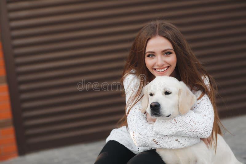 Schönheit mit geliebtem Hund draußen stockfotografie