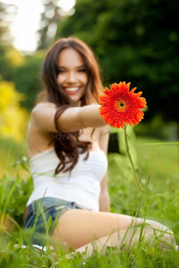 Schönheit mit Gerbera-Blume Natur gegen Natu genießend stockfoto
