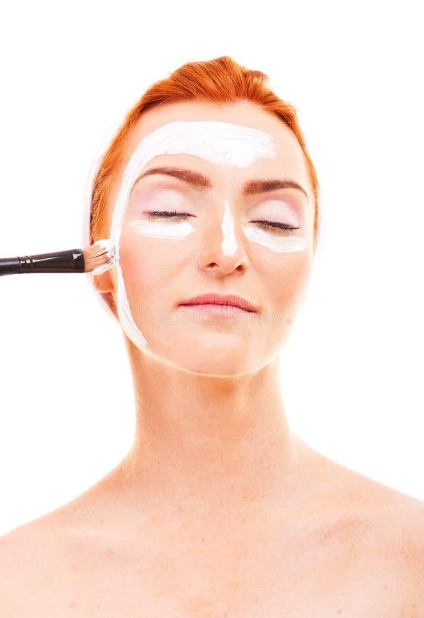 Schönheit mit Gesichtsmaske am Schönheitssalon stockfotografie