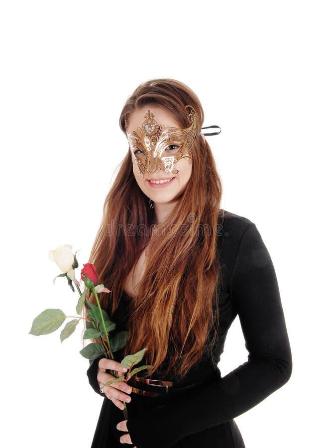 Schönheit mit Gesichtsmaske und Rosen lizenzfreies stockfoto