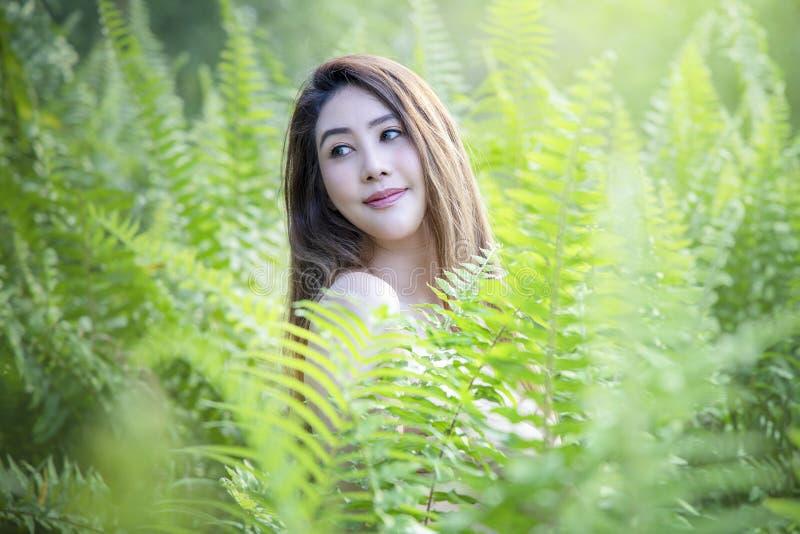 Schönheit mit grünem frischem der Natur lizenzfreie stockbilder