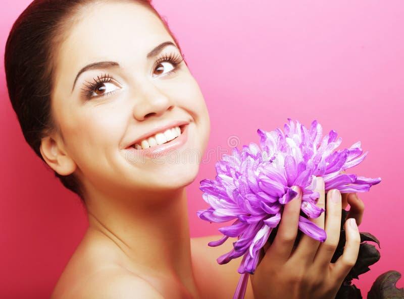 Schönheit mit großer purpurroter Blume stockfoto