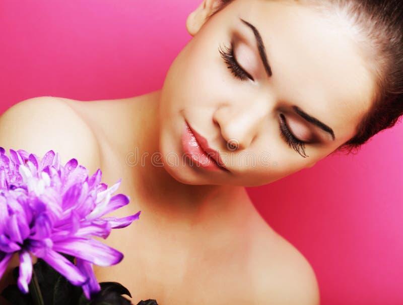 Schönheit mit großer purpurroter Blume stockbilder