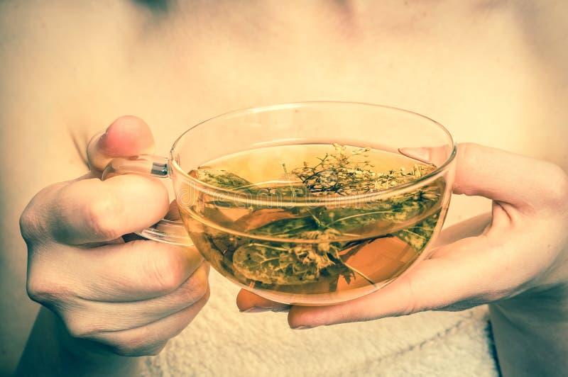 Schönheit mit heißer Teeschale in ihren Händen - Retrostil stockbild