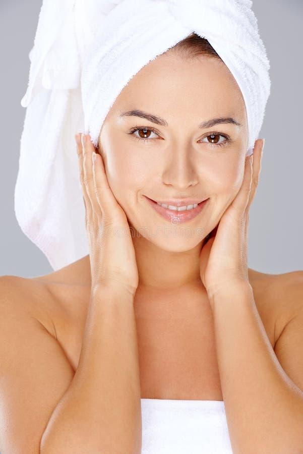 Schönheit mit ihrem Haar in einem Tuch stockbild