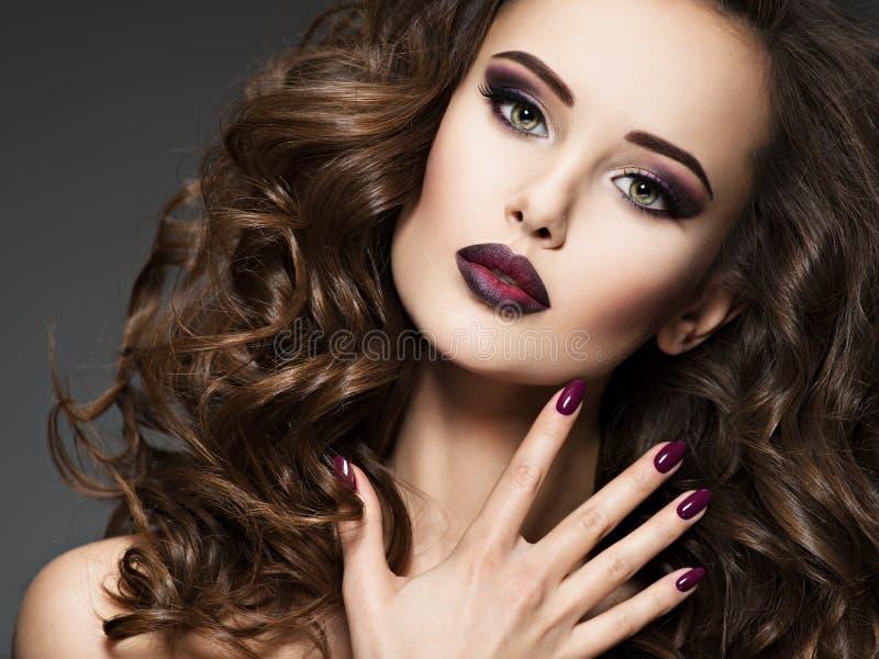 Schönheit mit kastanienbraunen Nägeln lizenzfreies stockfoto