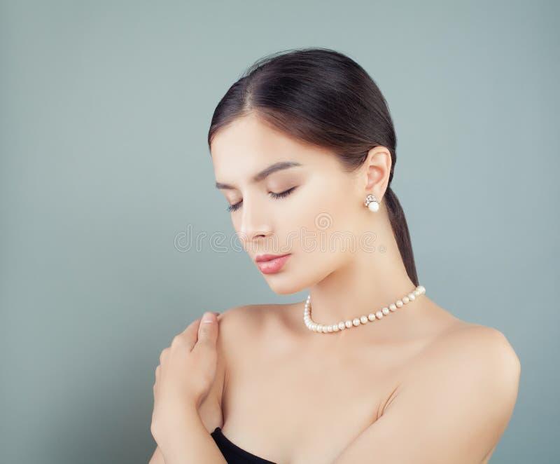 Schönheit mit klarem Hautporträt Elegantes Modell in den Perlen lizenzfreie stockbilder
