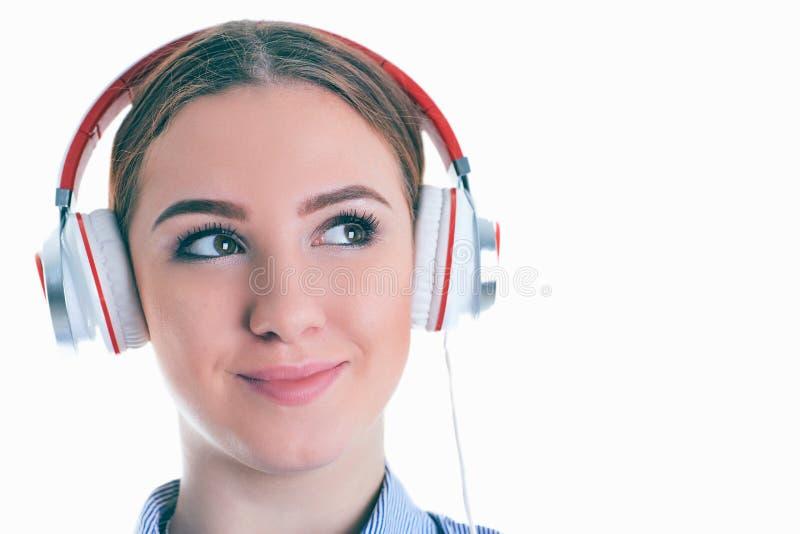 Schönheit mit Kopfhörern träumend - lokalisiert über weißem Hintergrund stockbild