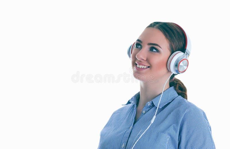 Schönheit mit Kopfhörern träumend - lokalisiert über weißem Hintergrund lizenzfreies stockfoto