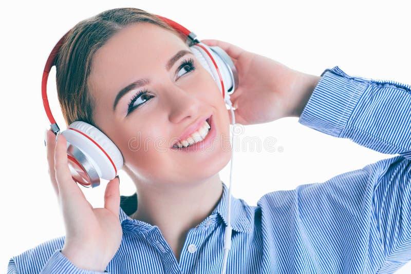 Schönheit mit Kopfhörern träumend - lokalisiert über weißem Hintergrund lizenzfreie stockfotografie