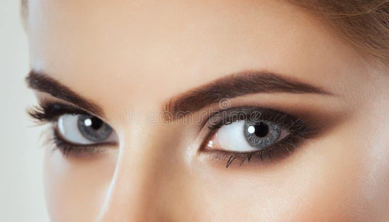 Schönheit mit langen Peitschen und schönem Make-up stockbilder