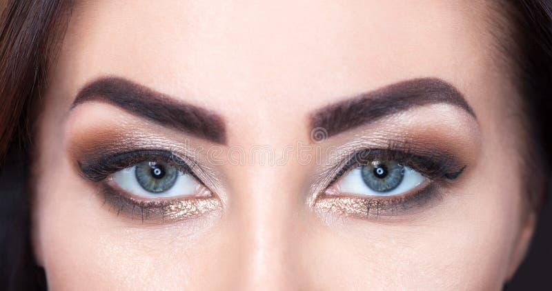 Schönheit mit langen Peitschen und schönem Make-up in einem Schönheitssalon stockfoto