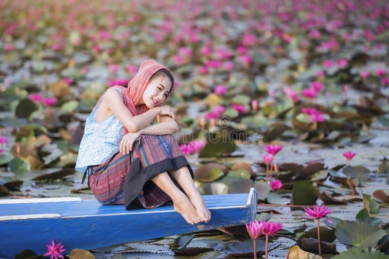 Schönheit mit Lotosblume in dem roten Lotosmeer lizenzfreie stockbilder