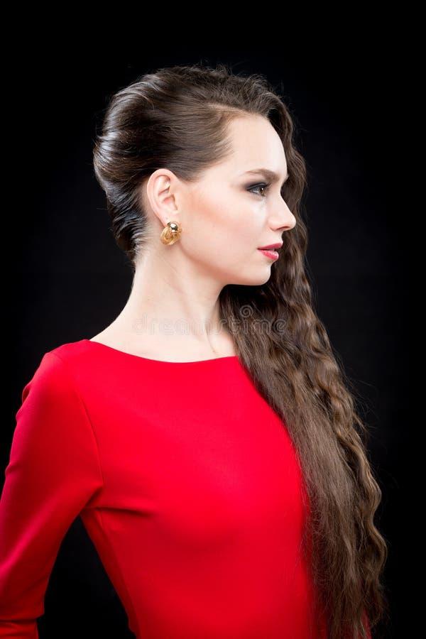 Schönheit mit Make-up des dunklen Haares und des Abends Reizvolles rotes Kleid stockfoto