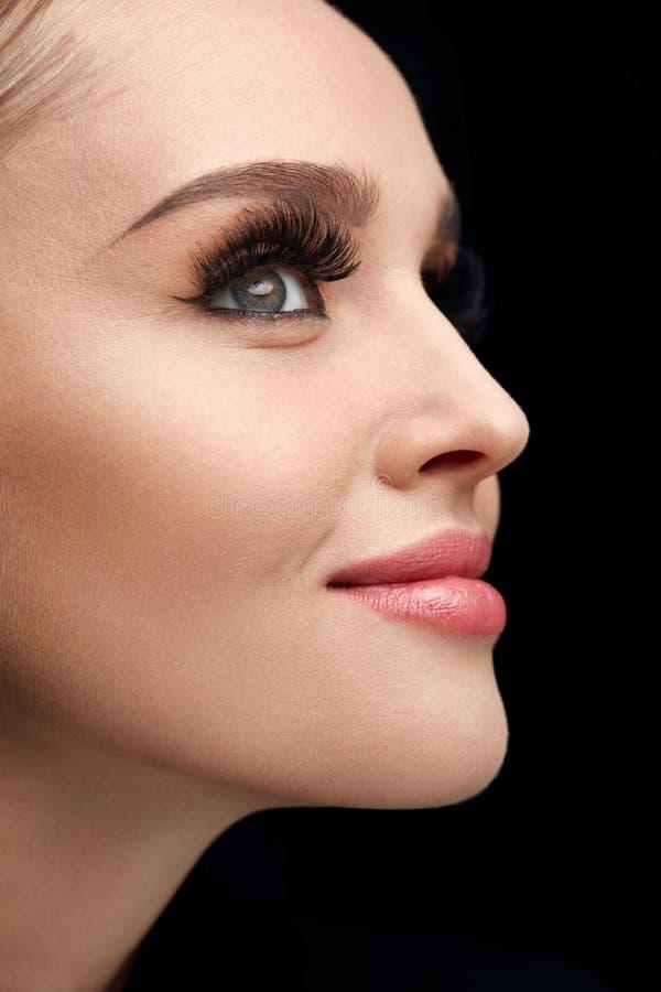Schönheit mit Make-up, weicher Haut und den langen Wimpern stockfoto