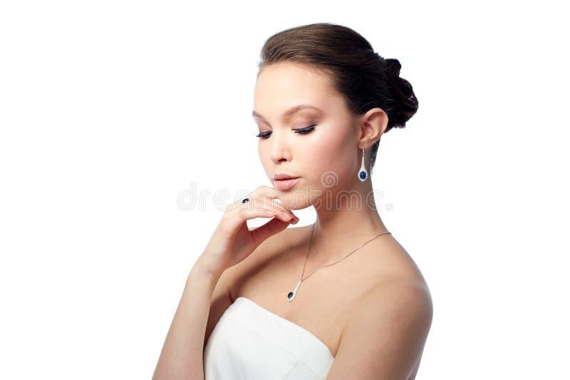 Schönheit mit Ohrring, Ring und Anhänger lizenzfreies stockfoto