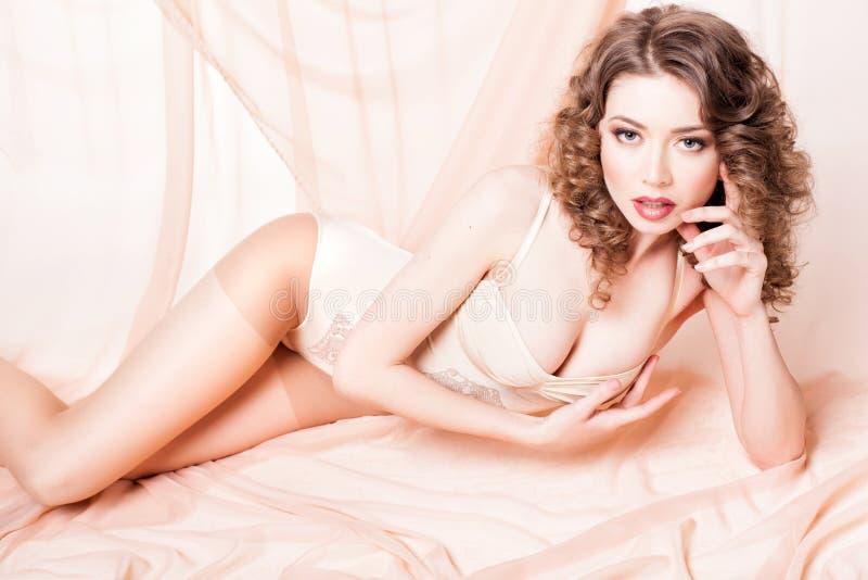 Schönheit mit perfektem Körper kleidete an, wenn sie Körper modellierte stockfotos