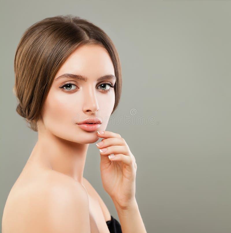 Schönheit mit perfekter Haut und französische Nägel maniküren Porträt stockfotografie