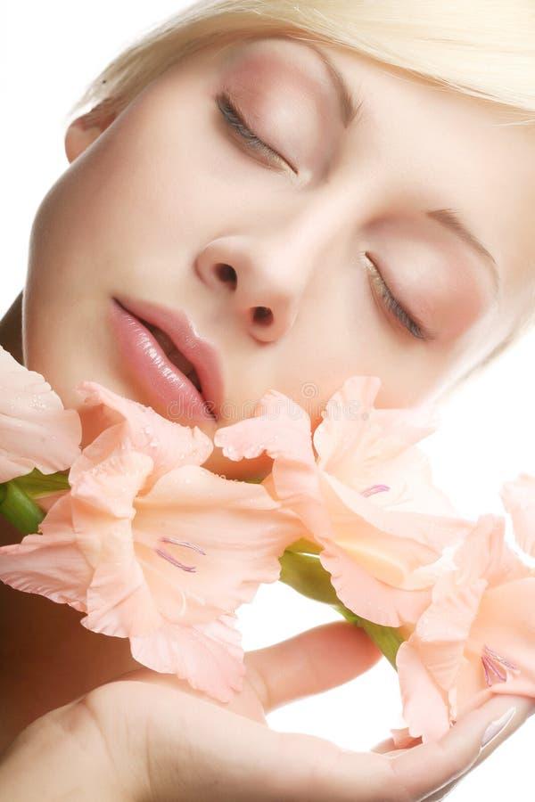 Schönheit mit rosa Blume stockbild