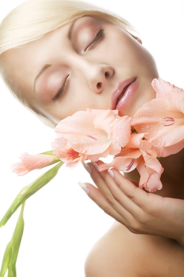 Schönheit mit rosa Blume lizenzfreies stockbild