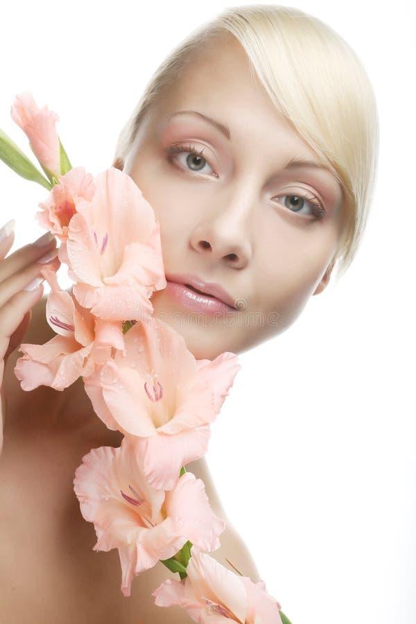 Schönheit mit rosa Blume lizenzfreie stockfotografie