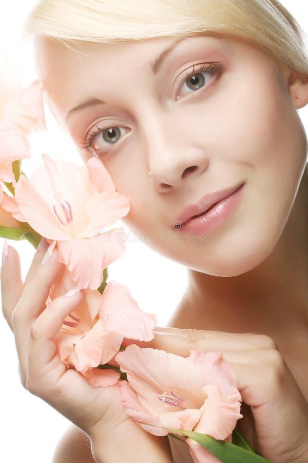 Schönheit mit rosa Blume stockfotografie