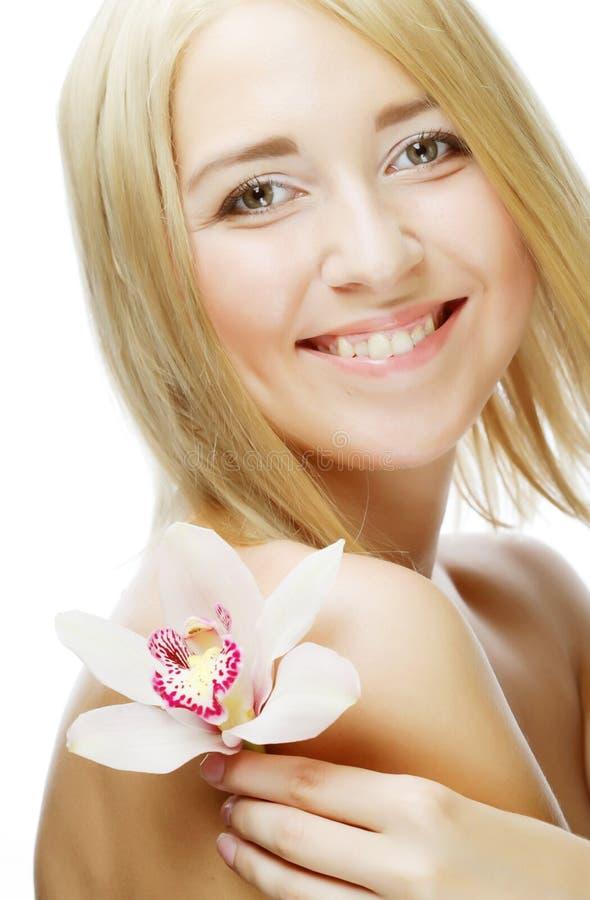 Schönheit mit rosa Blume stockfoto