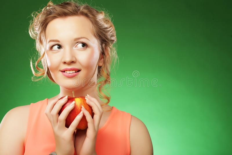 Schönheit mit rotem Apfel in der Hand stockfotos